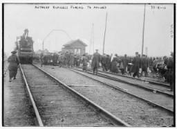 """<p>A belgiumi Antwerpenből érkező menekültek a vasúti sínek mellett Hollandiába gyalogolnak az <a href=""""/narrative/28"""">I. világháború</a> alatt. Belgium, 1914.</p>"""