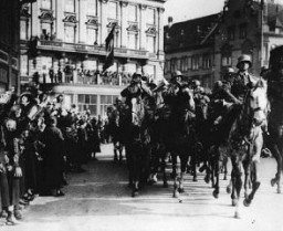 Des citoyens allemands applaudissent l'entrée des forces allemandes dans Düsseldorf, sur le Rhin, peu après qu'Hitler a ordonné ...