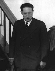 """<p>Author<a href=""""/narrative/7679"""">Lion Feuchtwanger</a> in New York, November 17, 1932.</p> <p>Feuchtwanger's 1930 novel<em>Erfolg</em>(Success) provided a thinly veiled criticism of the<a href=""""/narrative/11449/en"""">Beer Hall Putsch</a>and Hitler's rise to leadership in the Nazi Party. He was targeted by the Nazis. After the<a href=""""/narrative/65/en"""">Nazi takeover</a>on January 30, 1933, his house in Berlin was illegally searched and his library was plundered during his lecture tour in the United States.</p>"""