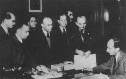 Raoul Wallenberg (assis) à la légation suédoise, avec ses collaborateurs juifs hongrois.
