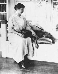 "<p>Portrait of <a href=""/narrative/7687"">Helen Keller</a>, ca. 1910.</p>"