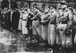 Miembros de alto rango del partido de la Cruz Flechada con oficiales nazis.