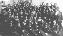 <p>Graduates of the Piotrkow Trybunalski Hebrew Gymnasium (Jewish high school). Piotrkow Trybunalski, Poland, 1929.</p>