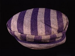 <p>1942年、テレージエンシュタットからアウシュビッツ強制収容所に送られた後、カレル・ブラムルは、近郊のモノヴィッツ収容所(通称ブナ)にある合成ゴム(ブナ)工場で強制労働させられていたときに、この帽子を着用していました。</p>