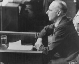 <p>Toplama kampındaki esirler üzerinde tıbbî deney yapmaktan yargılanan Nazi doktorlardan biri, Victor Brack. Nuremberg, Almanya, Ağustos 1947.</p>