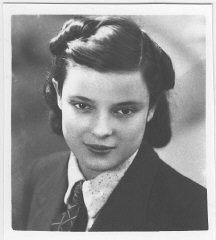 """<p>Portrait of <a href=""""/narrative/11965"""">Faye Schulman</a> in 1938, at about 14 years old. Lenin, Poland.</p>"""