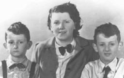 """<p>Eduard, Elisabeth, and Alexander Hornemann. The boys, victims of tuberculosis <a href=""""/narrative/3000/en"""">medical experiments</a> at <a href=""""/narrative/6811/en"""">Neuengamme</a> concentration camp, were murdered shortly before liberation. Elisabeth died of typhus in <a href=""""/narrative/3673/en"""">Auschwitz</a>. The Netherlands, prewar.</p>"""