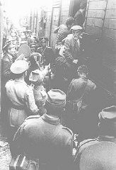 ヤシからカララシへのユダヤ人の追放で、ヤシのポグロム(ユダヤ人大虐殺)を逃れたルーマニア系ユダヤ人を列車に乗せる警察官たち。