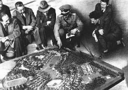<p>Os nazistas investiram enormes quantias na preparação para os Jogos Olímpicos. Nesta foto, oficiais alemães exibem a maquete da Vila Olímpica para demonstrar o quão grande seria o resultado final. Berlim, Alemanha. Julho 1936.</p>