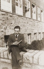 "<p>Gerd Zwienicki studies outside the Würzburg Jewish teachers seminary shortly before it was closed down on <a href=""/narrative/4063/en"">Kristallnacht</a>. Würzburg, Germany, 1938.</p>"