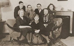 <p>The Jacobsthal family poses with an aunt and uncle who are visiting their home in Amsterdam before emigrating to Chile. Amsterdam, The Netherlands, February 1938.</p>