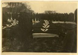 <p>تشییع جنازه مأموران اس اس که در بمباران آشویتس توسط متفقین در 26 دسامبر 1944 کشته شدند.</p>