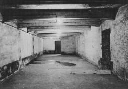 <p>刚解放后的奥斯维辛集中营毒气室。拍摄地点:波兰;拍摄时间:1945 年 1 月。</p>