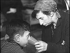 <p>آلمانی ها در سال 1941 شروع به تبعید یهودیان آلمان به سرزمین های اشغالی شرق کردند. آنان در ابتدا هزاران یهودی را به محله های یهودی نشین در لهستان و کشورهای بالتیک تبعید کردند. این تبعیدیان دچار همان سرنوشت یهودیان محلی می شدند. بعدها، بسیاری از تبعیدیان از آلمان مستقیماً به اردوگاه های مرگ در لهستان اشغالی فرستاده می شدند. این قطعه فیلم توسط یک واحد تبلیغات آلمانی از کسانی گرفته شده که اخیراً از ماگدبورگ آلمان وارد یک مرکز جمع آوری تحت نظارت شورای یهودیان در محله یهودی نشین ورشو شده اند. در ژوئیه 1942، نازی ها تبعیدهای دسته جمعی یهودیان از محله یهودی نشین ورشو به اردوگاه مرگ تربلینکا- در حوالی همان جا- را آغاز کردند.</p>
