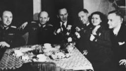 Oskar Schindler (troisième à partir de la gauche) à une soirée avec les dignitaires SS locaux lors de son 34ème anniversaire.