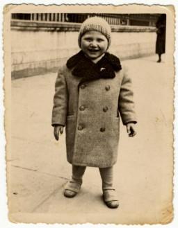 """<p>Gros plan de Dawid Samoszul pris dans la rue, probablement à Piotrkow Trybunalski (Pologne) entre 1936 et 1938.</p> <p>Dawid a été tué au centre de mise à mort de <a href=""""/narrative/3819/fr"""">Treblinka</a> à l'âge de 9ans.</p>"""