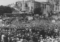 Des milliers de gens se rassemblent sur le Forum romain pour entendre un discours du Duce, le leader fasciste italien Benito Mussolini.