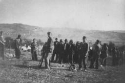 """<p>Soldados da """"Ustasa"""" (croatas fascistas leais aos nazistas) levam várias pessoas para serem assassinadas em Herzegovina, no estado fascista pró-alemão da Croácia, criado após a divisão da Iugoslávia.  Croácia.  Foto tirada entre 1941 e 1944.</p>"""