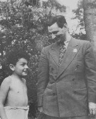 Joseph Schwartz, director del Comité Judío Estadounidense para la Distribución Conjunta en Europa, habla con un niño judío sobreviviente ...