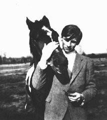 <p>ألكسندر شمورل يتخرج من المدرسة الثانوية, وهو عضو من المعارضة الألمانية التي تسمى بالوردة البيضاء. تم القبض على شمورل وحكم عليه من قبل المحكمة الشعبية بالإعدام. توفي في 13 يوليو 1943.</p>