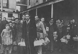 Détenus juifs arrivant au camp de transit de Drancy.