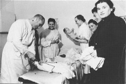 Personal médico atiende a bebés en la clínica para niños en el campo de personas desplazadas de Zeilsheim, que se encontraba ...