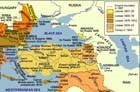 <p>Fondé en 1299 par les Turcs ethniques, l'Empire ottoman tient son nom d'Osman I, le chef de ce qui était à l'époque une petite principauté au nord-ouest de l'Anatolie (Asie Mineure). Pendant les six siècles qui suivirent, la puissance ottomane s'étendit dans une grande partie du bassin méditerranéen. À son apogée sous le règne de Soliman le Magnifique (1494-1566), l'Empire ottoman représentait un vaste royaume multilingue et multiethnique qui incluait le sud-est de l'Europe, le nord et l'est de l'Afrique, l'ouest de l'Asie et le Caucase. Lors d'une période de déclin, l'Empire perdit une grande partie de son territoire en l'Europe et dans les Balkans. Il s'effondra après la Première Guerre mondiale, aboutissant à la proclamation de la République moderne de Turquie en 1923 et à la création de nouveaux pays au Moyen-Orient.</p>