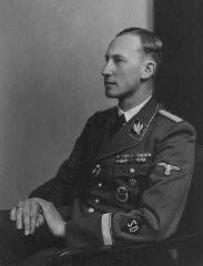 <p>رائن ھارڈ ھیڈرش ایس ڈی (سیکورٹی سروس) کا سربراہ اور بوہیمیا اور موراویہ کا نازی گورنر تھا۔ جگہ نامعلوم، 1942</p>