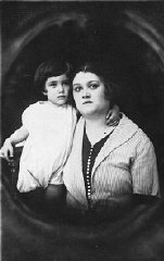 Prewar portrait of mother and son Zeni and Rudy Farbenblum.
